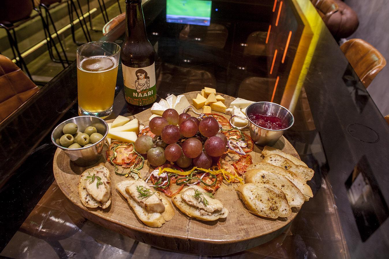Crostinis de foie gras, vegetales deshidratados, aceitunas y queso de cabra