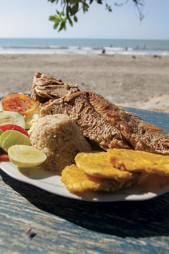 Pescado frito con arroz con coco, patacón y ensalada